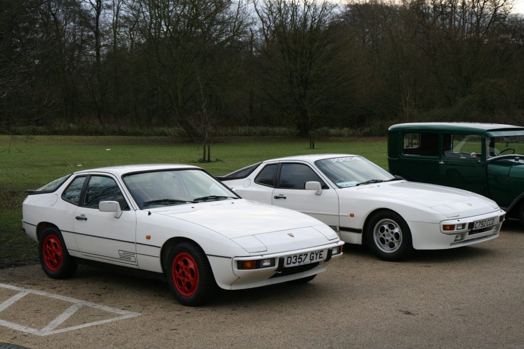 На переднем плане - 924, на заднем - 944