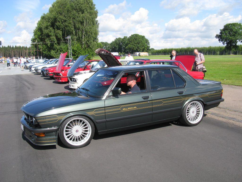 """E28 в обвесе от Alpina. Внешне отличается наличием передней """"губы"""", накладками на пороги и задним бампером другого вида."""